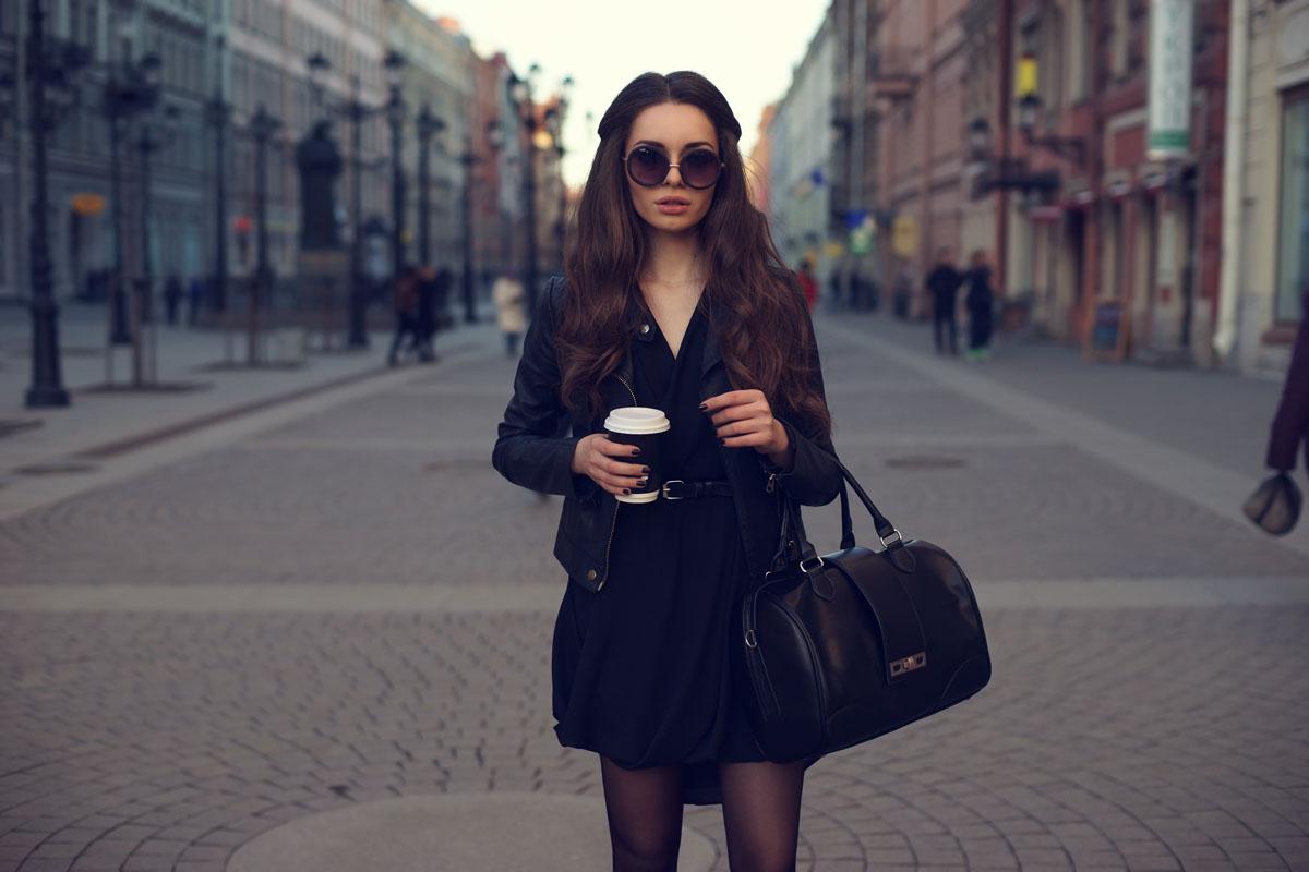 kobieta w modnej parce